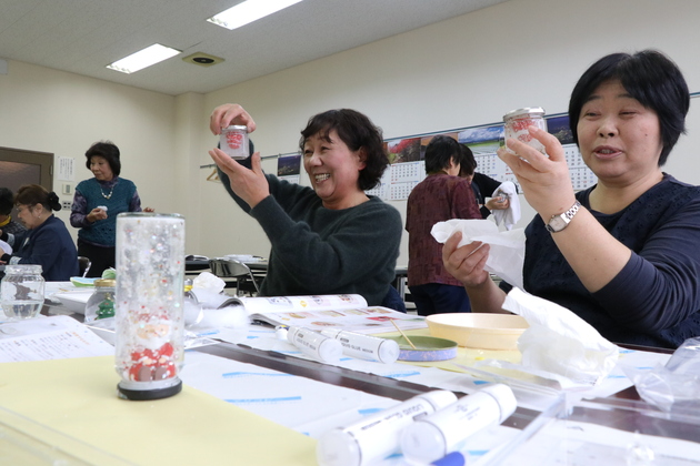 女性大学スノードームづくり.JPG