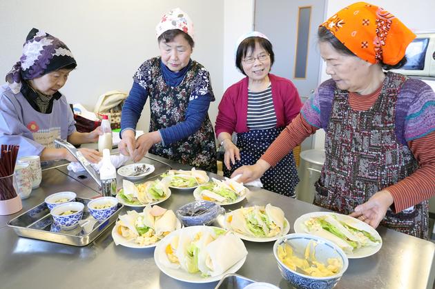 女性大学院米粉料理体験.JPG