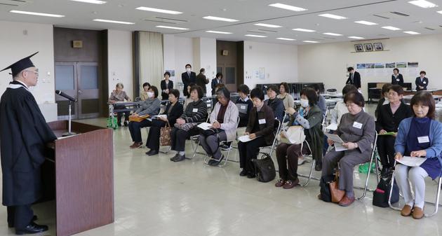 女性大学入学式.jpg