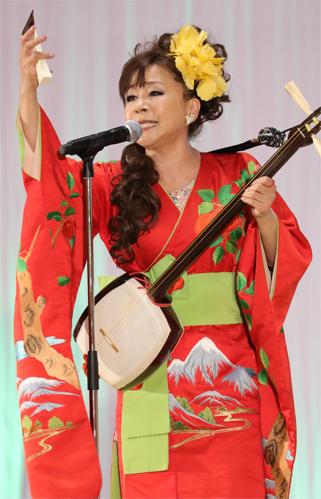 熱唱する松村さん.JPG